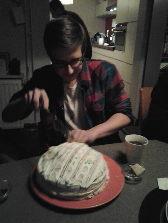 Sjors slicing the cake