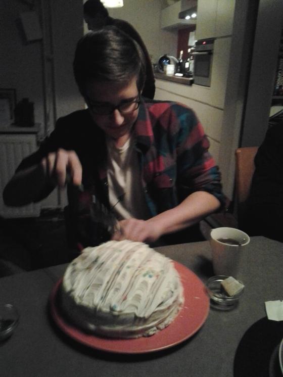 Sjors slicing the cake