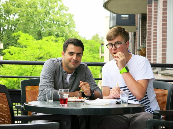 Amir and Gijs enjoying their food outside