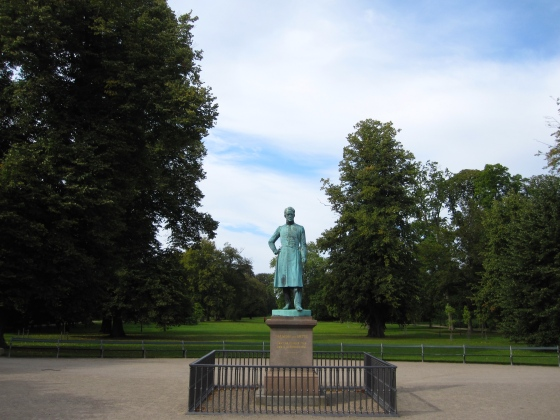 Entrance of the Frederiksberg Gardens, greeted by Frederik VI with the inscription 'Here he felt happy in the midst of loyal people'