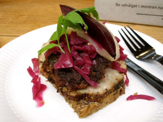 My smørrebrød - meatball with red cabbage and beets