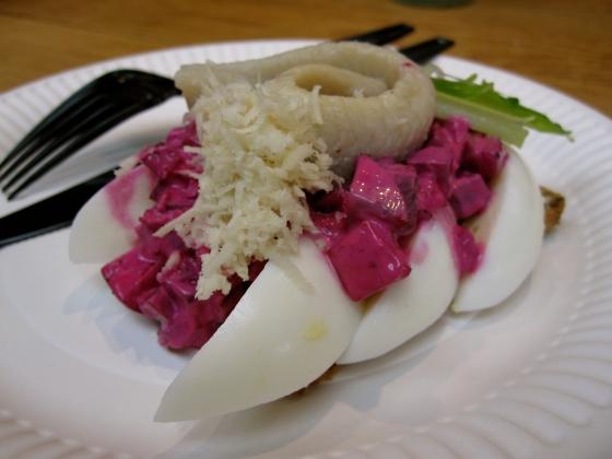 Koen's smørrebrød - herring with beets and egg