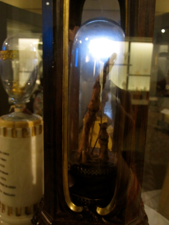 Right: Galileo's index finger and thumb of right hand and a tooth; Left: middle finger of Galileo's right hand